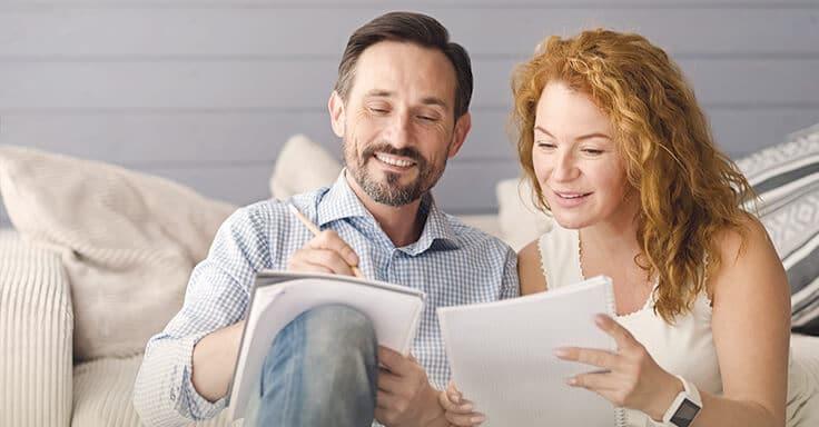 Paar macht Notizen