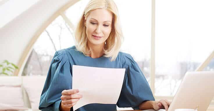 Frau liest ein Schreiben